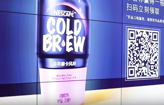 デジタルサイネージを使った缶コーヒーのプロモーションが秀逸!