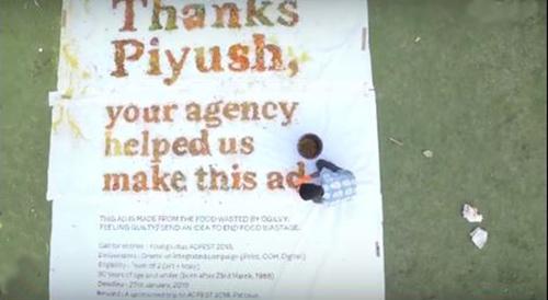 巨大なポスターにメッセージが書かれている